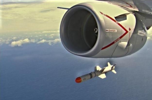 图为澳军P-8A 巡逻机试射导弹的场景