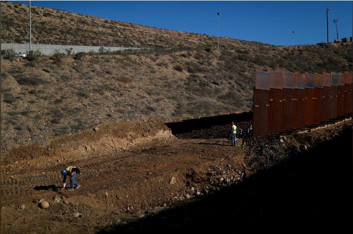 美国工人在修建墨西哥和美国的边境墙时,在地上画了一条线。(路透社)