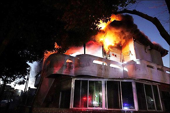韩国济州一住宅突发大火 中国籍住户跳楼逃生受伤