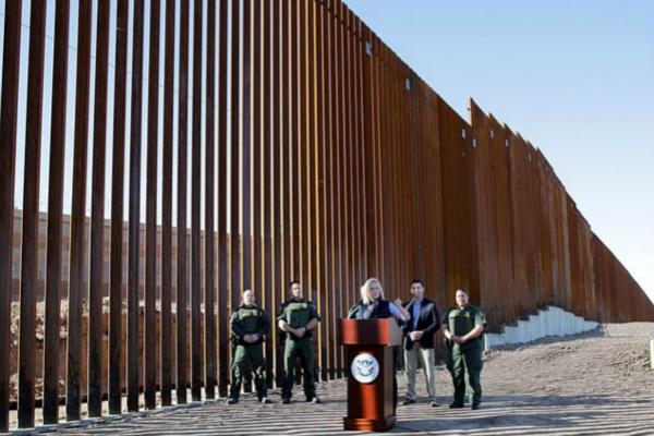 图为部分完工的边境墙