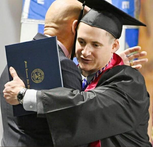 美国退伍军人斯特罗比诺15日拿到了本科学位