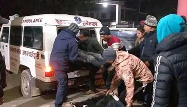 尼泊尔载37人巴士从700米悬崖坠落 致23死14伤