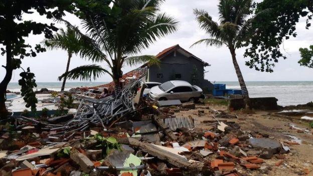 海啸过后,当地一片废墟。