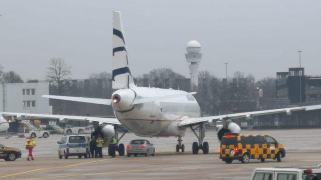德国一男子驾车冲闯停机坪 汉诺威机场紧急封锁