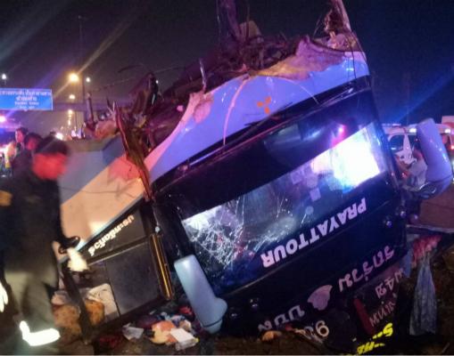 泰国一辆双层巴士翻覆 至少6人死亡近50人受伤