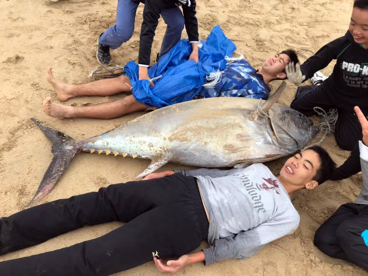 两名初中生和捕获的大鱼合影