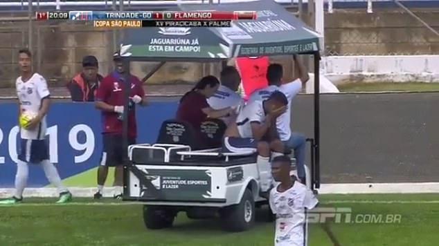 倒霉!巴西球员受伤后等救治 却被医疗车又碾了脚