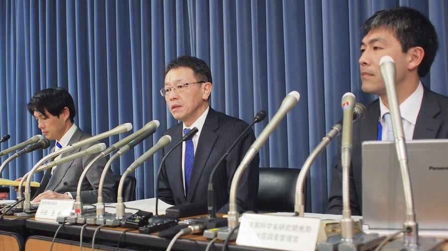 地震调查委员会委员长平田直(中)发布预测报告。