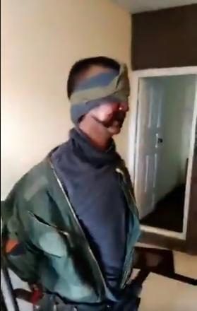 巴基斯坦公布被俘印度飞行员视频:手被缚眼被蒙