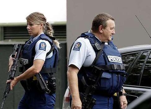 新西兰警方在事故现场巡视