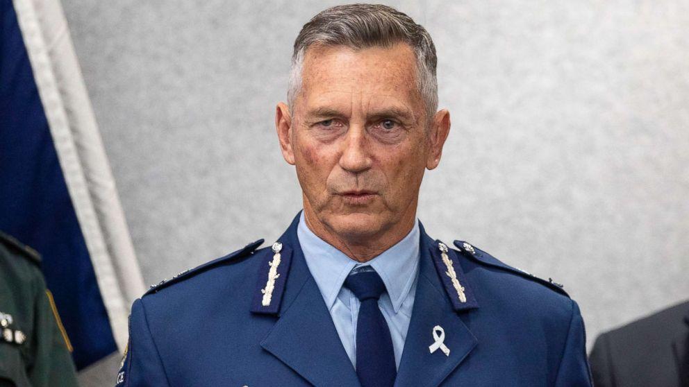当地时间17日,新西兰警察署长迈克·布什(Mike Bush)召开记者会,通报克赖斯特彻奇市清真寺最新情况。(
