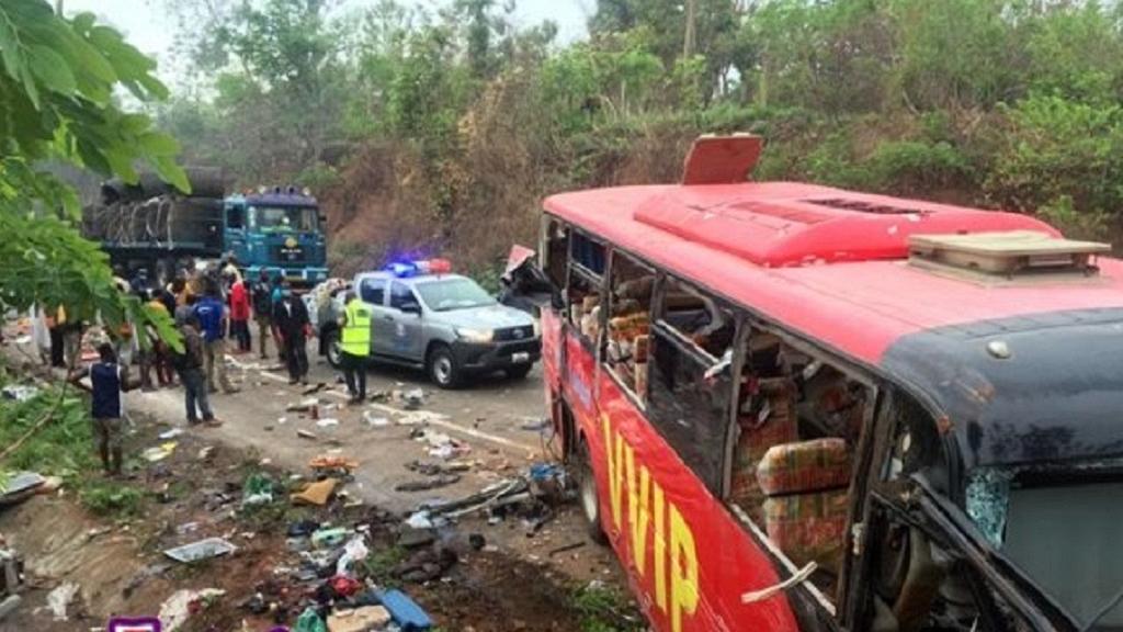 加纳两辆公交车相撞起火 造成至少70人死亡