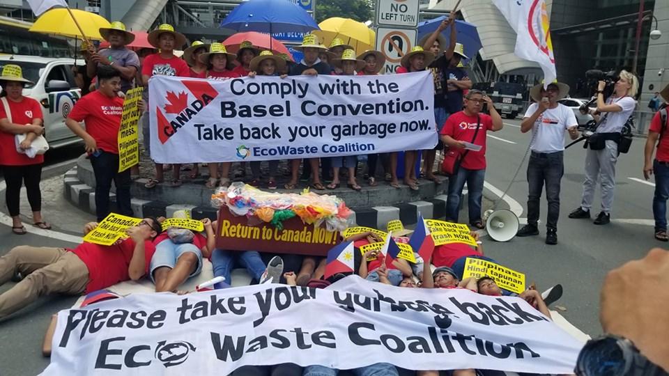 """加拿大驻菲律宾大使馆被环保人士""""堵门""""抗议。"""