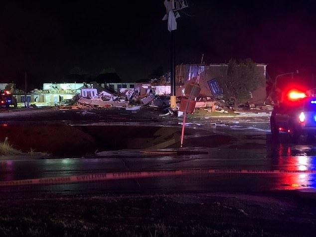 美国俄克拉荷马州遭受强风暴袭击 致2人死亡