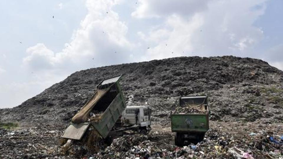 """印度""""垃圾山""""高度直逼泰姬陵 曾倒塌致2人死亡"""