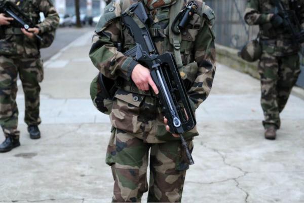 一男子在里昂军事医院挟持士兵 巡逻队警告后开火