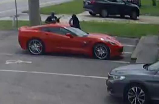 美国佛州两男子持枪欲劫车 看到司机警徽立刻吓跑