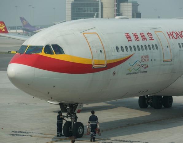 香港航空停供机上娱乐、减航线、延迟发薪 港府警告或吊销牌照