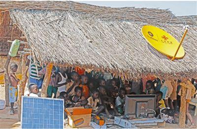 在科特迪瓦中部布瓦凯市郊区的博特洛村,孩子们聚在一起观看功夫片。 四达时代集团供图