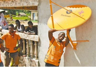 四达时代的科特迪瓦工程师伊夫·阿兰正在安装卫星接收器。 记者 万宇 摄