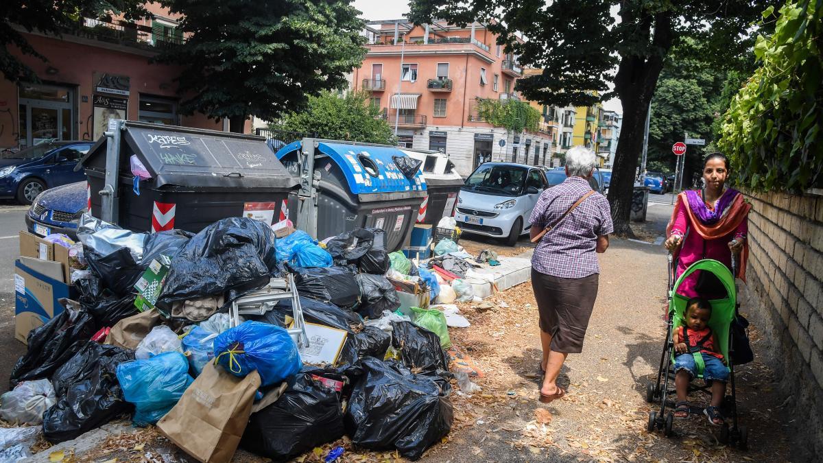 罗马街头的垃圾(图片来源:《泰晤士报》)