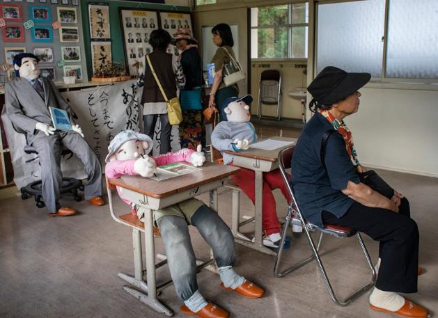 一群女性参观名顷的学校(图源:《纽约时报》)