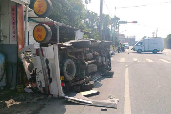 台救护车送患者闯红灯,被货车撞飞,旋转180度翻覆