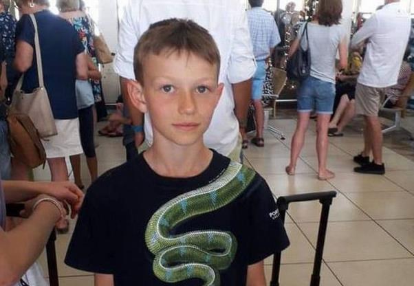 10岁男孩穿这衣服欲登机 被机场员工拦下:吓人,换掉!