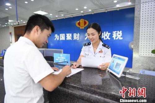 纳税人体验办税服务。浙江省税务局供图