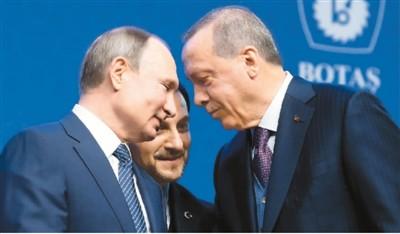 1月8日,在土耳其伊斯坦布尔,埃尔多安(右)与普京(左)交谈。新华社/美联