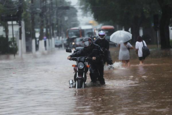 巴西圣保罗遇35年来最强风暴 公共交通系统瘫痪