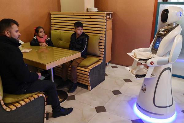 机器人正在送餐(图源:法新社)