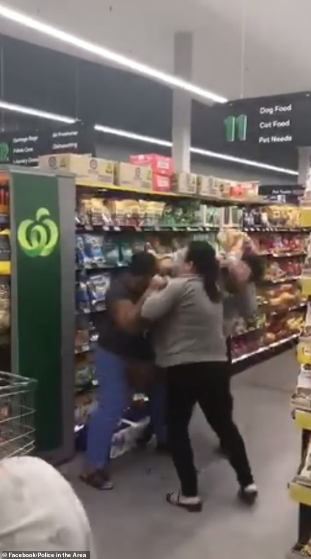 澳大利亚疫情蔓延引发抢购潮 两男子为争生活物资扭打一团