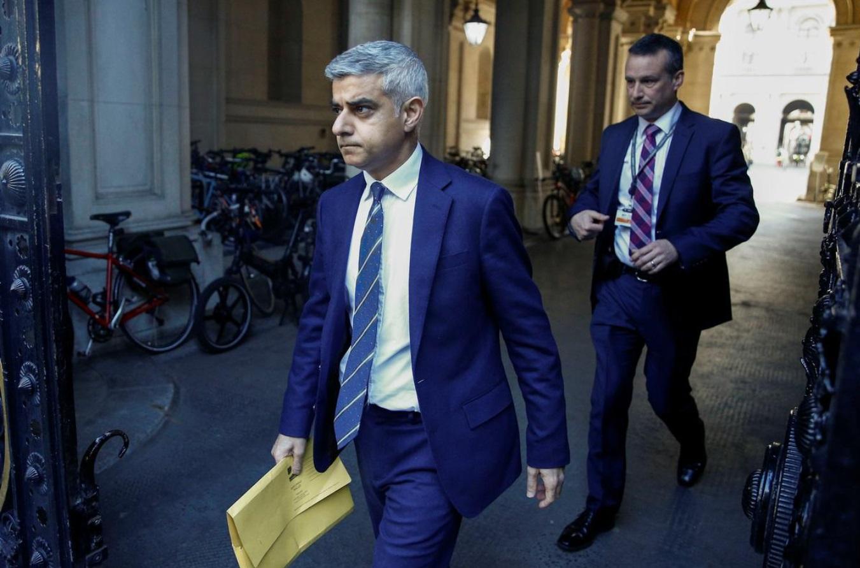 伦敦市长呼吁强制市民戴口罩乘公交:我们比国际社会慢太多