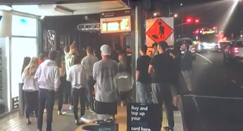新西兰人排队买汉堡
