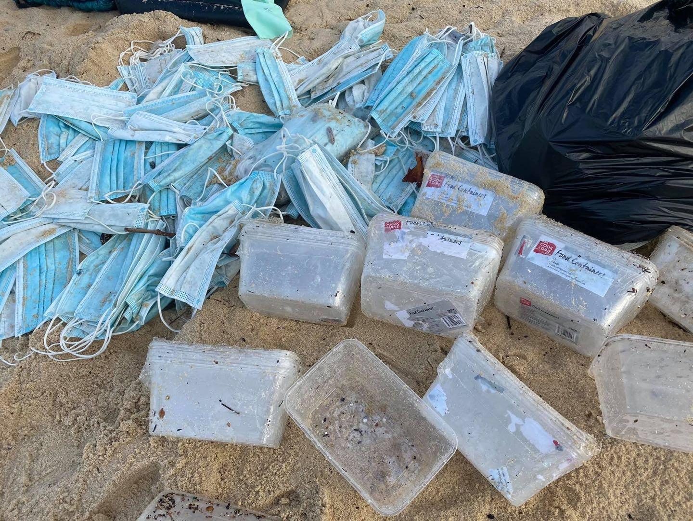 一从中国驶往澳洲货轮遇巨浪:40个集装箱落水,口罩被冲上海滩