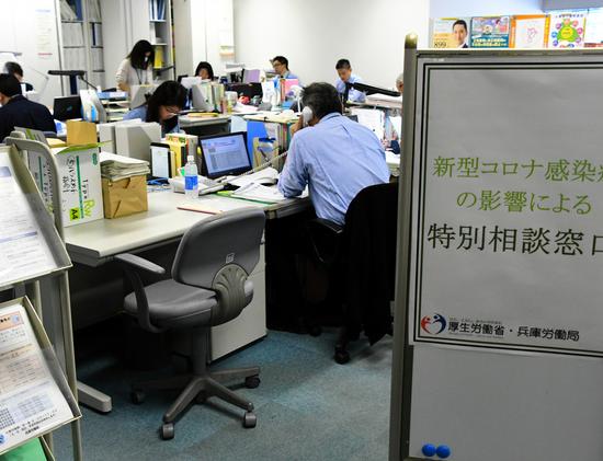 日本兵库县劳动局,许多人前来咨询疫情期间劳动关系相关问题(朝日新闻)