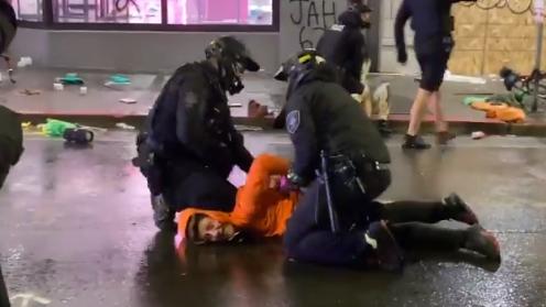 美西雅图警察用膝盖压住示威者脖子 被同事一把将腿拉开