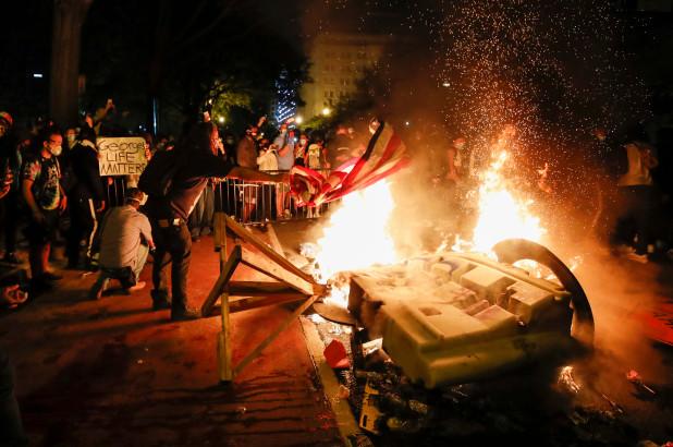 白宫附近示威者纵火烧楼 华盛顿特区国民警卫队全员出动