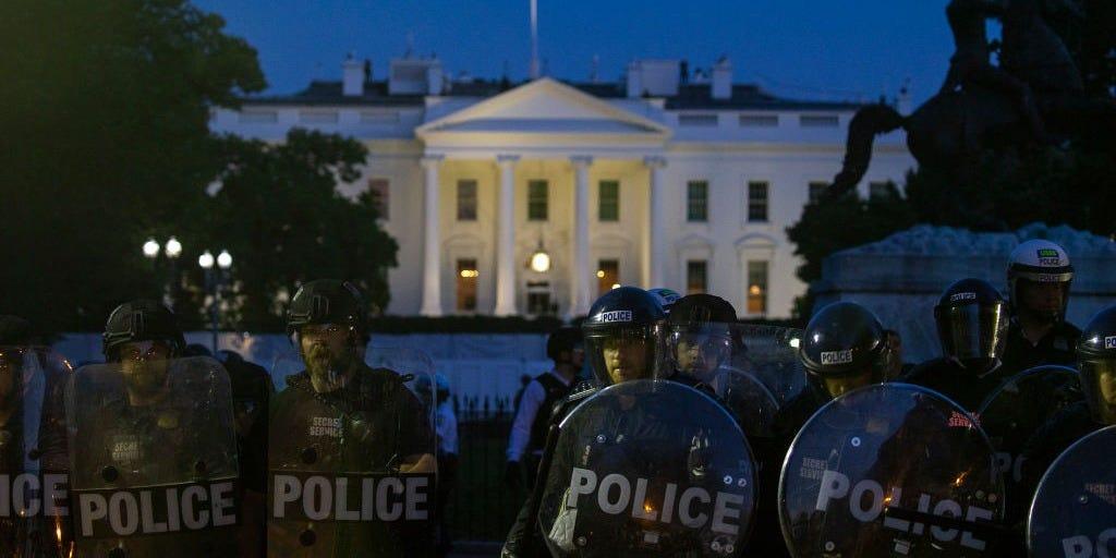 抗议者仍聚集在白宫外,警察驻守(图源:Getty)