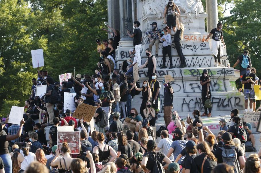 抗议者聚集在雕像周围(图源:美联社)