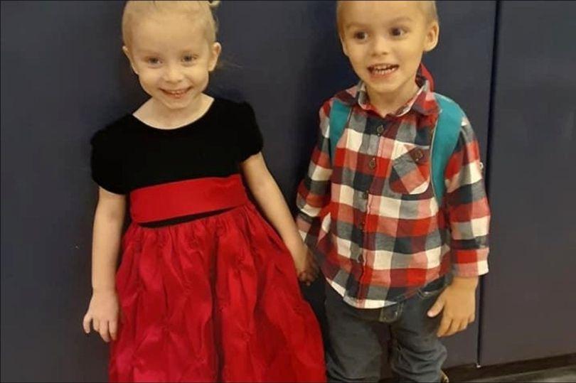 4岁的小女孩蒂甘和3岁的弟弟瑞恩(英国《镜报》)
