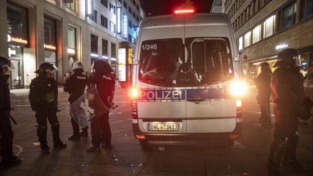 德国斯图加特市发生暴力冲突:警方遭投石袭击 40家店铺被砸