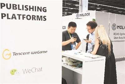 德国科隆国际游戏展上,外国展商在腾讯游戏展台前咨询。新华社记者 逯 阳摄