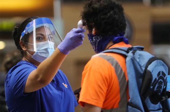 洛杉矶国际机场中正在进行测温的旅客 (图源:GETTY)