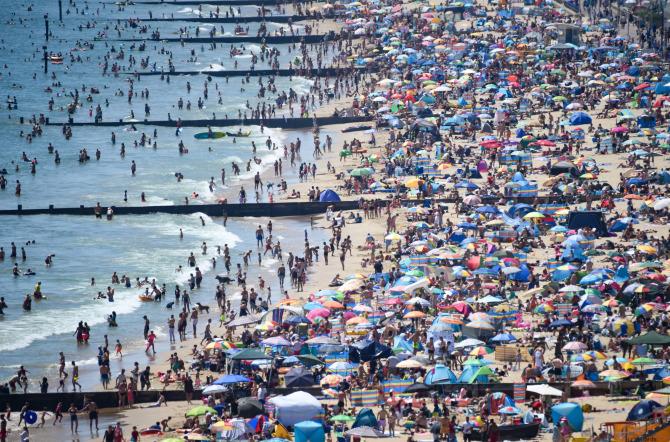 6月25日伯恩茅斯多塞特海滩人满为患(图源:Getty)