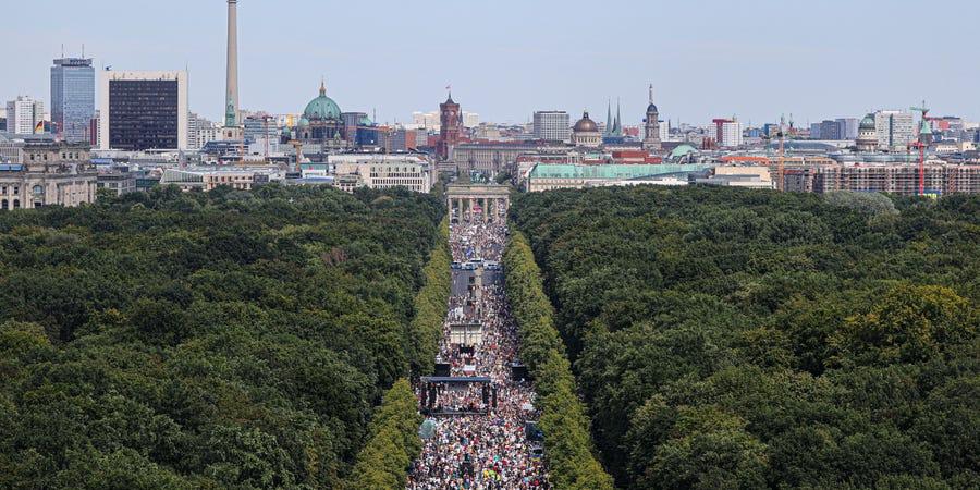 柏林上万人举行示威活动不戴口罩 警方起诉召集者