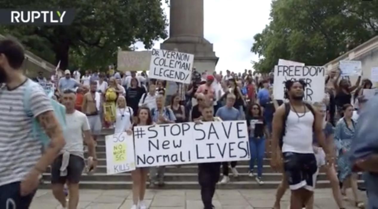 英国民众1日反口罩游行现场(图源:RT)