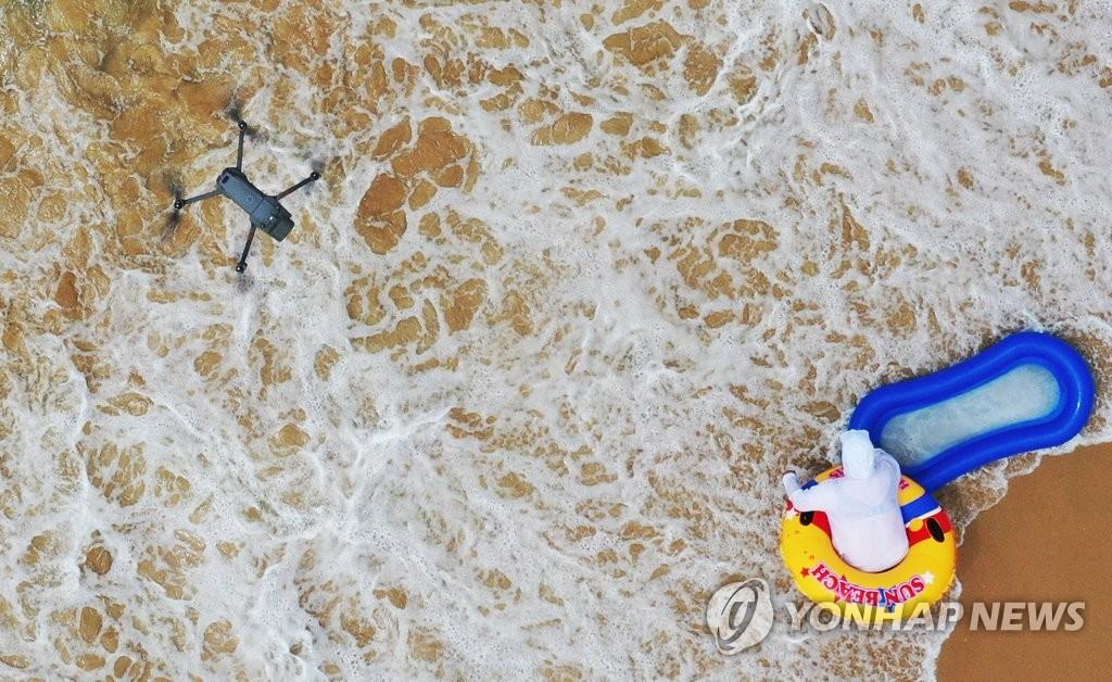 韩国沙滩用无人机测体温(韩联社)