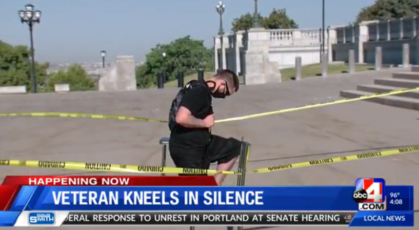 美退役军人在州议会大厦外长跪9小时 抗议种族歧视